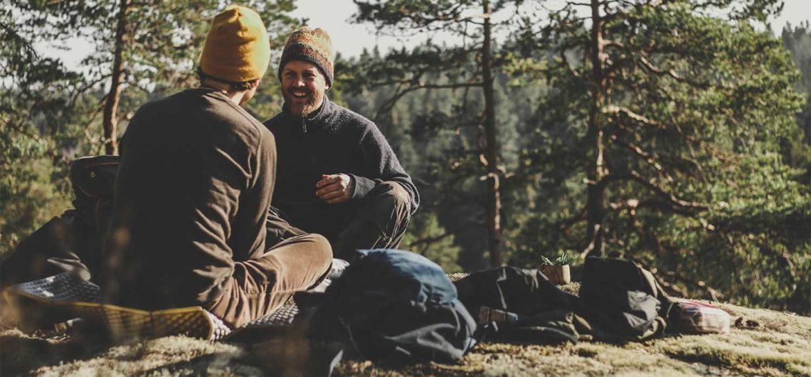 utehäng med kompisar i naturen. avkoppling i naturen